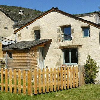 Le gîte de la Dourbie à la Fabarède fait partie d'un corps de ferme à Saint-Jean-du-Bruel restauré pour l'accueil de 6 personnes
