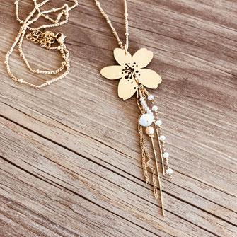collier long sautoir fleur blanc gwapita