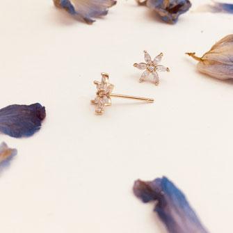 boucles d'oreilles gwapita doré plaqué or creatrice fleur mini puce Lana
