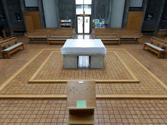 Der Altar befindet sich in der Mitte des quadratisch angelegten Raumes auf einem zweistufigen Podest.