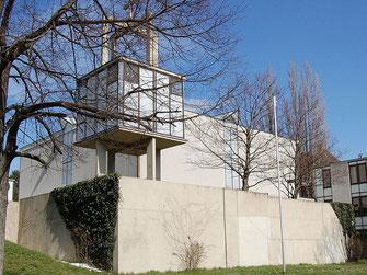 Die Kirche von Oberbaumgarten ist eine Stahlbetonkonstruktion und besteht aus vier Teilen, die zur Mitte hin durch Lichtbänder zum Raum verbunden sind.