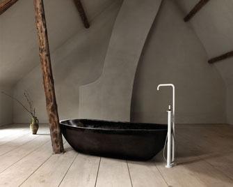 Die freistehenden Armaturen von Vola ermöglichen ein ganz neues Raumgefühl in Ihrem Bad.