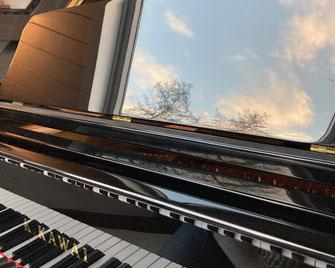 Genießen Sie eine Komposition von Agnes Morguet am Flügel in unserem Showroom im Schloss Lüntenbeck.