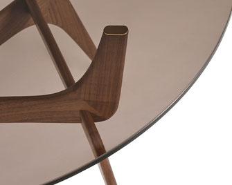 Die spielerische Beinkonstruktion des Triiio von Brdr. Krüger verleiht dem Tisch eine Poesie zwischen Einfachheit und Skulptur. Das Design wurde auch in Bezug auf die Montage berücksichtigt, daher lässt sich der Triiio ganz leicht selbst zusammen stecken.