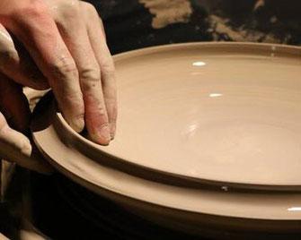 Die Keramikstücke von Utopia & Utility werden per Hand gedreht und langsam luftgetrocknet, bevor sie glasiert und gebrannt werden.