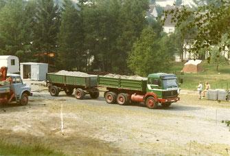 Lastzug um Lastzug transportierte Schlacke und Geröll ab und lieferte Material zum Ausbau des Sportplatzes an.