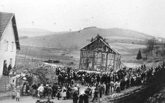 1932 steht der Rohbau und Richtfest wird gefeiert.