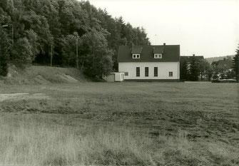 """Haldengestein, Baumwurzeln und Wildwuchs sowie ein """"Feuchtbiotop"""" bestimmten das Aussehen des """"Sportplatzes""""."""