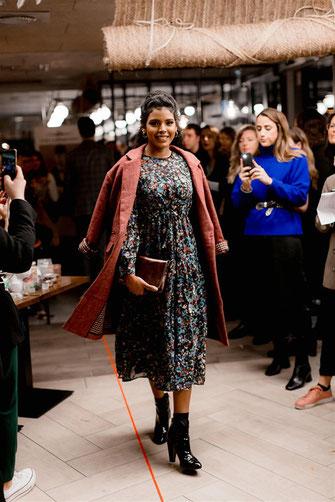 Robe longue imprimée bleu et caban long rose par by meliana lors du défilé dress me up x agence meow à nantes en automne 2019