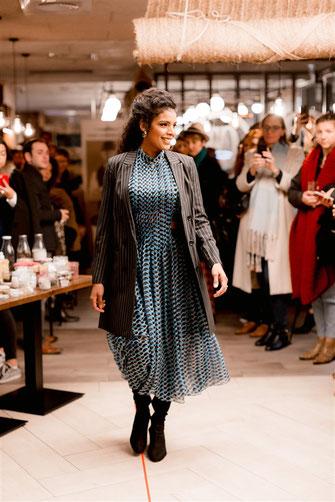 Robe longue imprimée bleu et veste de taileur grise par l'appartement nantais lors du défilé dress me up x agence meow à nantes en automne 2019