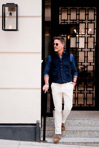 Chino blanc et chemise denim pour un look business d'été