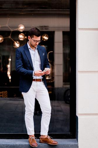 Jean blanc et blazer marine pour un look business d'été