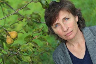 Autorin Margrit Konrad unter Kannenbirnenbaum