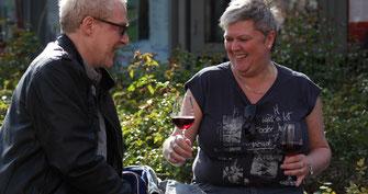 Der Weinausschank an der Ahr in Ahrweiler ist ein Garant für gesellige Moment voller Glück.