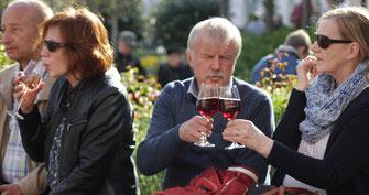 Die Bänke des Ahrweiler Marktplatzes bieten viele Möglichkeiten, um sich zur Weinverkostung hinzusetzen.