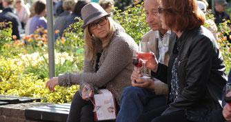 Die Weinprobe in Ahrweiler am Ahrweindepot ist umfangreich und dabei kommen sich fremde Mensche gerne ins Gespräch.