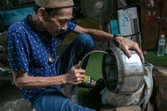 Bankoko banbatų bendruomenės kalvis gamina aukų dubenį Tailande