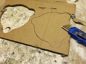 Die äußere Form der Leuchte wird aus Pappe ausgeschnitten