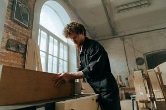 Handwerker mit Holz