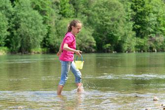Kind am Wasser (Foto: Dr. Olaf Broders, LBV-Bildarchiv)