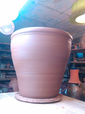 большой глиняный горшок для цветов