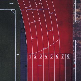 Hardloopbegeleiding door juiste coaching, afstemmen van belasting en belastbaarheid, het toepassen van de juiste prikkels op het juiste moment (denk aan korte of juiste lange intervallen), blessures voorkomen om sneller te worden.