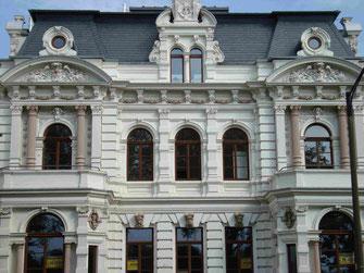 Hier befindet sich das Foto von denkmalgeschützten Fenstern mit Rundbogen in Bremen
