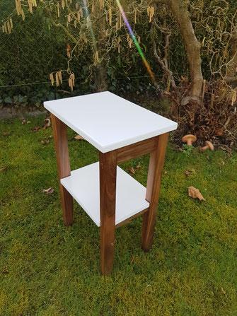 Beistell-Tischlein aus Nussbaum