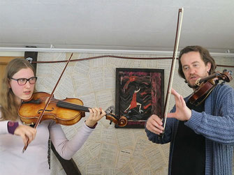 Shenoll Tokaj gibt Geigenunterricht,  Copyright Shenoll Tokaj 2020/Sohatsu Design