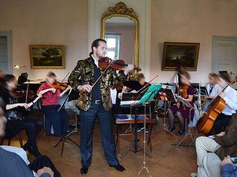 Solist Shenoll Tokaj mit Orchester, Copyright Shenoll Tokaj 2020