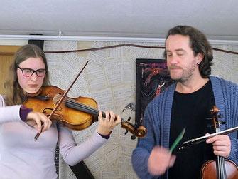 Geigenunterricht mit Shenoll Tokaj und Schülerin, Copyright Shenoll Tokaj 2020/Sohatsu Design