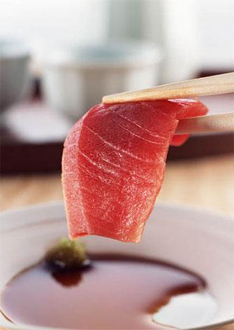 Sashimi : assortiment de petites lamelles de poissons crus