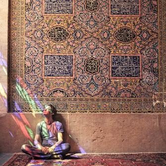 Couchsurfing im Iran. Stephan Orth in der Nasir ol Molk Moschee, Shiraz, Iran