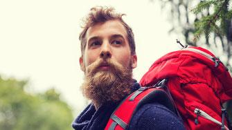 Sportlicher Mann beim Wandern - Eptinger