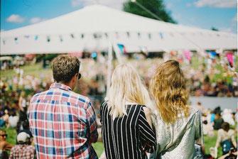 Menschen beim Stadtfest