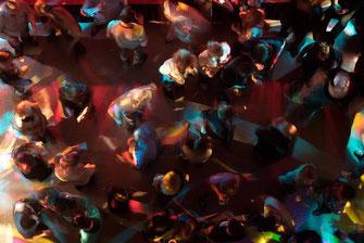 Menschen tanzen beim Dorffest