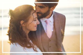 Photo des mariés sur la plage, organisation et décoration d'un mariage en Vendée, par My Daydream Wedding, wedding planner et décoratrice de mariage à Lille et dans le Nord