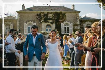 Sortie des mariés de la cérémonie laïque, organisation et décoration d'un mariage franco-australien, par My Daydream Wedding, wedding planner et décoratrice de mariage à Lille et dans le Nord