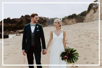 Les mariés sur la plage, coordination jour J et décoration thème tropical chic d'un mariage à La Baule par My Daydream Wedding, wedding planner et décoratrice de mariage à Lille et dans le Nord