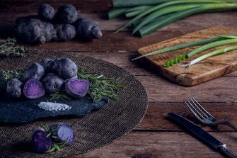 aufgeschnittene Vitelotten mit Lauchzwiebeln, Rosmarin und Thymian von Tobias Gawrisch Xplor Creativity