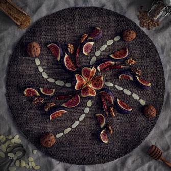 frische Feigen als Mandala Ornament mit Gewürzen und Nüssen von Tobias Gawrisch Xplor Creativity