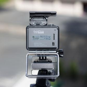 Rückseite der GoPro Hero mit installiertem und geöffnetem Skeleton Back und sichtbarem Micro SD-Karten Slot und Mini-USB Anschluss