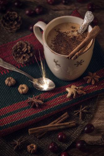 Heiße Schokolade auf weihnachtlich gedecktem Tisch von Tobias Gawrisch Xplor Creativity