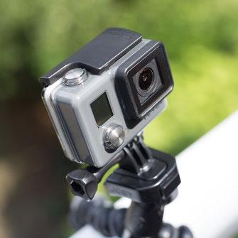 Seitenansicht der GoPro Hero mit Auslöser & Menü-Taste montiert auf Joby Gorillapod Action Kugelkopf