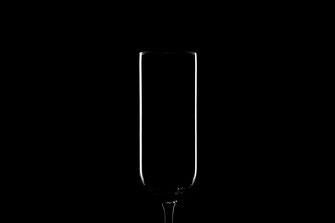 Sektglas unter minimalistischer Beleuchtung mit Kantenlicht und schwarzem Hintergrund von Tobias Gawrisch (Xplor Creativity)