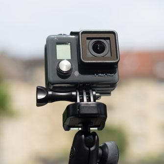GoPro Hero Vorderseite mit Menü-Taste auf Joby Gorillapod Action Kugelkopf montiert
