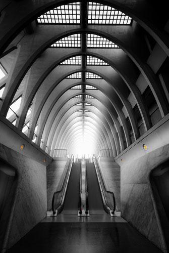 Treppenaufgang im Bahnhof Liège-Guillemins in Lüttich, Belgien