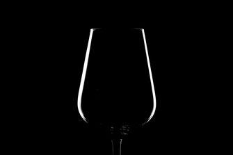 Weinglas unter minimalistischer Beleuchtung mit Kantenlicht und schwarzem Hintergrund von Tobias Gawrisch (Xplor Creativity)