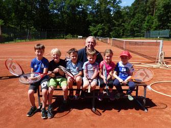 Foto: Roland Grobe mit den teilnehmenden Kindern