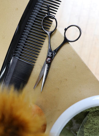 Foto von Schere, Kamm, Pinsel, Haarfarbenpigmente